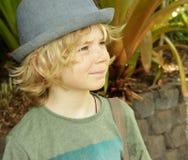逗人喜爱的微笑的男孩子项外面 免版税库存照片