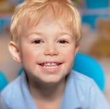 逗人喜爱的微笑的男孩 库存照片