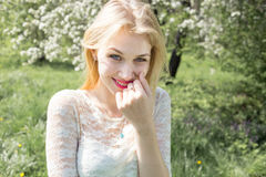 逗人喜爱的微笑的白肤金发的妇女秀丽画象、完善的新鲜的皮肤和健康白色微笑,完善的基本的构成,玫瑰色嘴唇 免版税库存图片