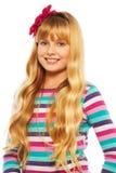 逗人喜爱的微笑的白肤金发的10岁女孩 库存照片
