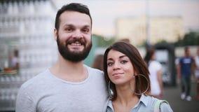 年轻逗人喜爱的微笑秘密审议的妇女和有胡子的人 约会夫妇 100f 2 8 28 301 ai照相机夜间f影片fujichrome nikon s夏天velvia 画象 股票录像