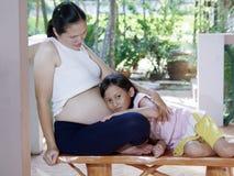 逗人喜爱的怀孕的腹部 免版税库存照片
