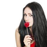 逗人喜爱的性感的女孩和红色棒棒糖 免版税库存图片