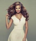 逗人喜爱的性感的白肤金发的妇女 免版税库存照片