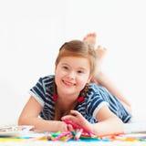 逗人喜爱的愉快的女孩图画画象,当放置在地毯时 库存图片