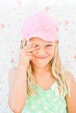 逗人喜爱的愉快的女孩覆盖物眼睛 免版税库存图片