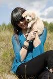 逗人喜爱的愉快的小狗微笑的妇女 库存图片