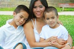 逗人喜爱的愉快的母亲儿子 免版税库存照片