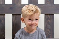 逗人喜爱的愉快的男孩 免版税库存图片
