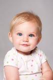 逗人喜爱的愉快的蓝眼睛的婴孩面孔 免版税库存照片