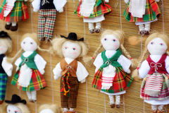 逗人喜爱的手工制造ragdoll玩偶在复活节市场上卖了在维尔纽斯,立陶宛 图库摄影