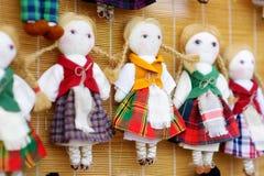 逗人喜爱的手工制造ragdoll玩偶在复活节市场上卖了在维尔纽斯,立陶宛 免版税图库摄影