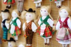 逗人喜爱的手工制造ragdoll玩偶在复活节市场上卖了在维尔纽斯,立陶宛 免版税库存照片