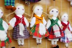 逗人喜爱的手工制造ragdoll玩偶在复活节市场上卖了在维尔纽斯,立陶宛 库存图片