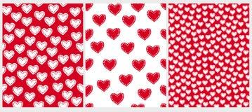 逗人喜爱的手拉的不规则的心脏传染媒介样式 白色和红色简单的可爱的设计 皇族释放例证