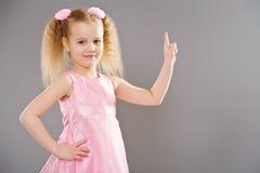 逗人喜爱的手指女孩指向的一点 免版税库存照片