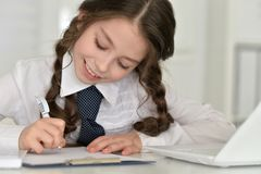 逗人喜爱的执行的女孩家庭作业 库存图片