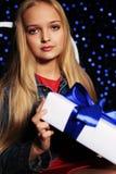 逗人喜爱的拿着礼物箱子的小女孩whith长的金发 免版税图库摄影