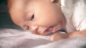 逗人喜爱的新出生的女婴特写镜头画象 股票录像