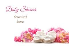 逗人喜爱的新出生的女婴鞋子 婴儿送礼会,生日,邀请, 免版税库存图片