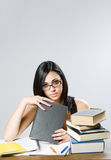 逗人喜爱的新深色的学员女孩。 免版税库存照片