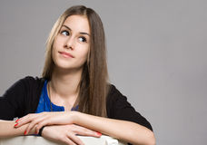 逗人喜爱的新深色的青少年的女孩。 免版税库存照片