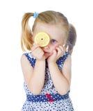 逗人喜爱的新鲜的女孩藏品柠檬一点 免版税库存图片