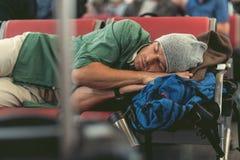 逗人喜爱的旅客在位子小睡 库存图片