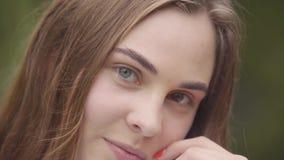 逗人喜爱的无忧无虑的年轻女人特写镜头画象用看照相机的不同的色的眼睛的户内 愉快的白种人 影视素材