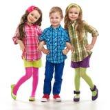 逗人喜爱的时尚孩子一起站立 库存照片