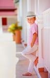 逗人喜爱的时兴的男孩,摆在夏天街道上的孩子 图库摄影