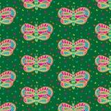 逗人喜爱的明亮的五颜六色的蝴蝶和心脏无缝的样式在绿色背景 免版税库存照片