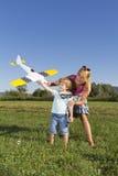 逗人喜爱的母亲飞机rc儿子年轻人 库存照片
