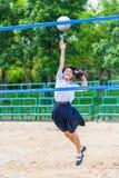 逗人喜爱的泰国女小学生在学校打沙滩排球 免版税库存照片