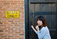 逗人喜爱的泰国妇女偷偷地走秘密区 免版税图库摄影
