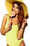 逗人喜爱的深色的妇女女孩在偶然行家夏天穿衣 免版税图库摄影