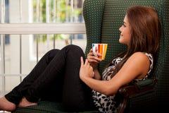 逗人喜爱的深色的饮用的咖啡 库存照片