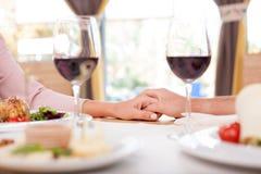 逗人喜爱的爱恋的夫妇在餐馆约会 库存照片