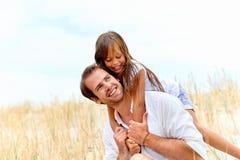逗人喜爱的父母和孩子 免版税图库摄影
