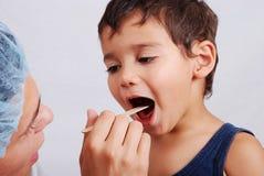 逗人喜爱的牙科医生孩子 免版税库存照片