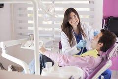 逗人喜爱的牙医在工作 免版税库存照片
