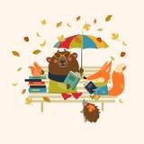 逗人喜爱的狐狸和滑稽的熊阅读书在长凳 库存图片
