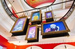 逗人喜爱的狗图象在数字式LCD中监测垂悬为装饰的照片框架并且庆祝狗的年在QVB大厦 免版税库存图片