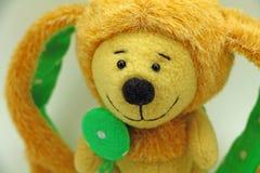 逗人喜爱的玩具兔子 黄色背景 免版税库存照片
