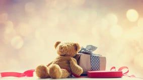 逗人喜爱的玩具熊、红色丝带、心形的玩具和美丽的礼物 库存照片