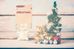 逗人喜爱的玩具熊和圣诞节装饰与包装纸为 免版税库存照片
