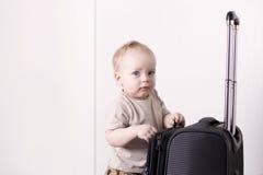 逗人喜爱的男婴准备好crusie 去旅行的微笑的婴儿孩子 复制空间 免版税库存图片