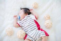 逗人喜爱的男婴在演播室射击 婴孩和家庭的时尚图象 可爱的婴孩在一张软的白色地毯躺下 库存图片