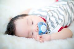 逗人喜爱的男婴在演播室射击 婴孩和家庭的时尚图象 可爱的婴孩在一张软的白色地毯躺下 库存照片