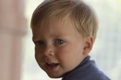 逗人喜爱的男婴,可爱的孩子特写镜头画象的图象被弄脏的背景的,有蓝眼睛的甜小孩,健康 库存图片